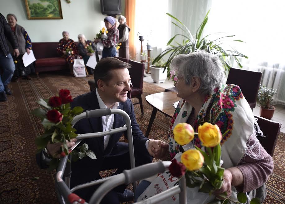 Ляшко привітав з 8 березня жінок - ветаранів праці